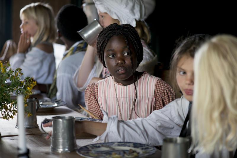 Barn på Ferieskolen ved bordet under måltid. (Foto/Photo)