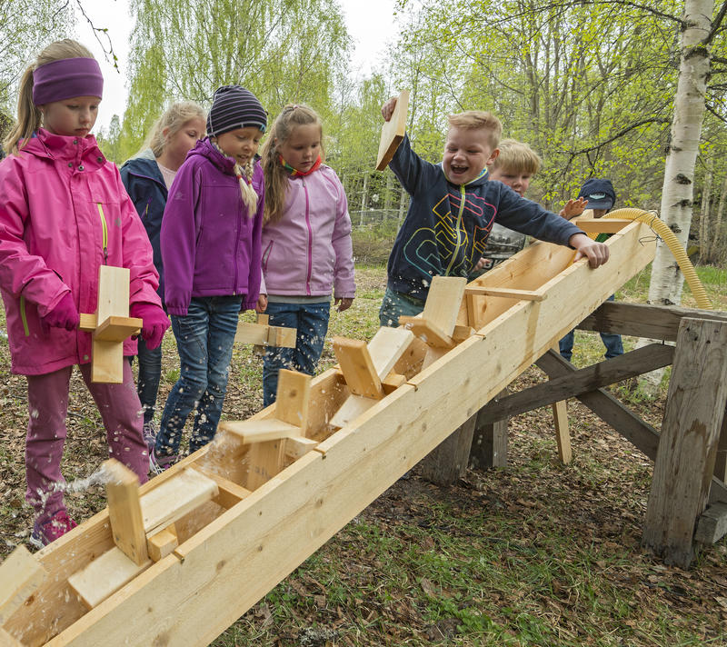 Testing the water wheels in the outdoor area. (Foto/Photo)