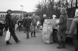 Annestorpsdalens scoutkår städar i Lindome centrum med angrä