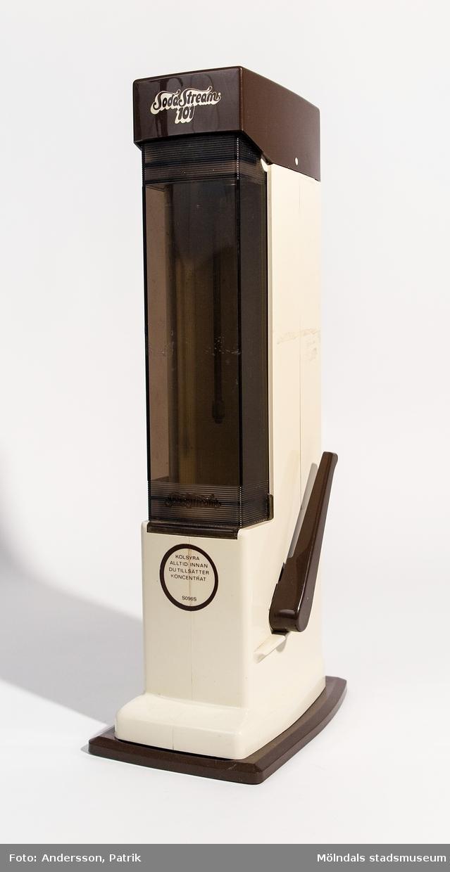Sodastream från 1980-talet. Tillhörande gaspatron sitter fortfarande kvar i maskinen.  Modellen SodaStream 101 började tillverkas i slutet av 1970-talet.