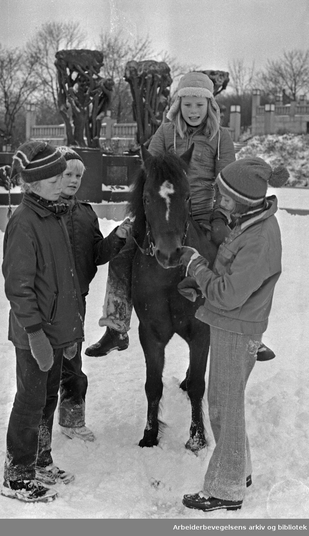 Barn med ponny i Frognerparken..7. November 1971.