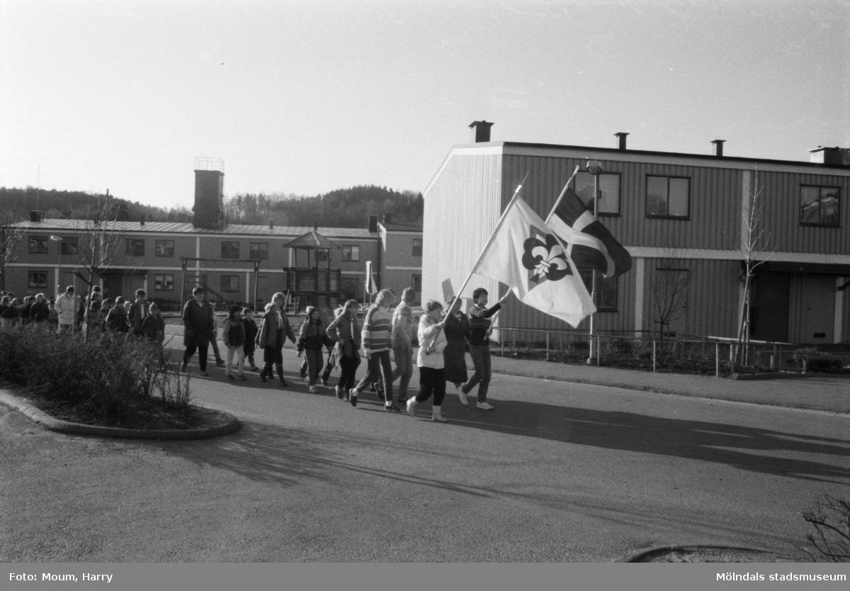 Annestorpsdalens scoutkår tågar från Lindome centrum till Lindome kyrka den 23 april 1984.  För mer information om bilden se under tilläggsinformation.