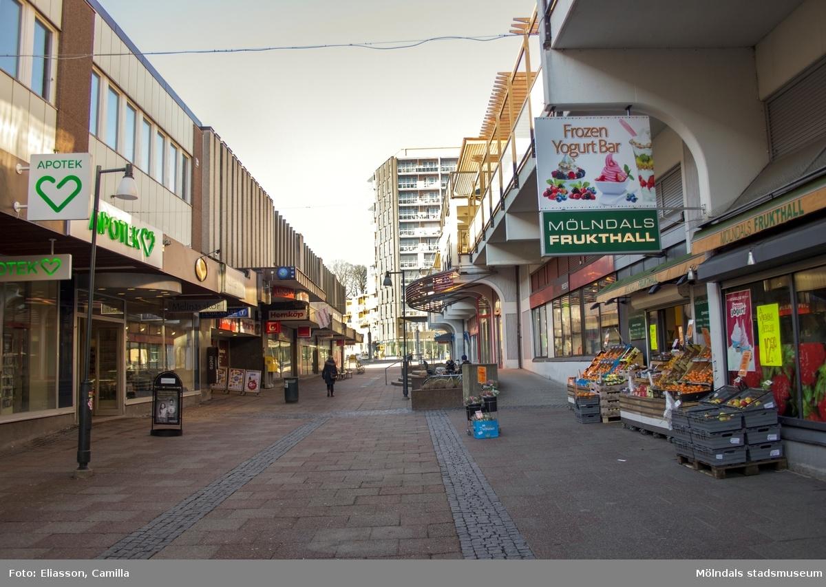 Alla hus vid gamla Frölundagatan (nuvarande Brogatan) är nu rivna, förutom tegelhuset till höger. Det var färdigt 1954 och inrymde då Gustaf Zackrissons möbelaffär. Mölndals-Posten finns nu i denna fastighet - som är helt inbakad i ett större byggnadskomplex. Området är delvis rivet och nytt affärscentrum är på gång. Höghuset längst upp på gatan ligger på Storgatan 32A.
