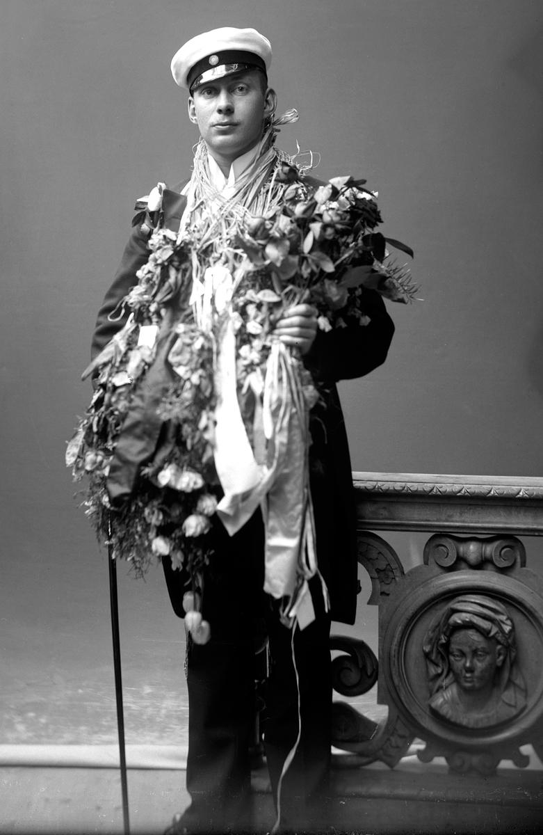 Porträtt från fotografen Maria Teschs ateljé i Linköping. 1912. Beställare: Bertil Müntzing.