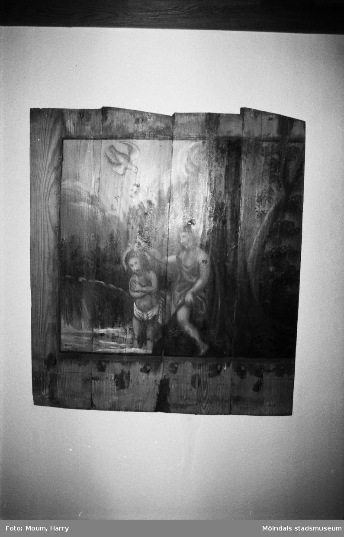 """Kållereds hembygdsgille anordnar sockenvandring i området vid Kållereds kyrka, år 1984. """"Denna målning upptäcktes bakom väggpanelen under Kållereds kyrkas sista restaurering.""""  För mer information om bilden se under tilläggsinformation."""