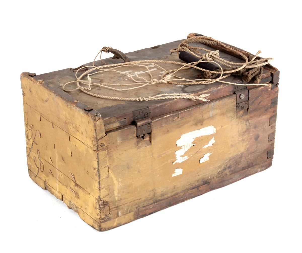 Eske / kasse med hengslet lokk og håndtak langs sidene.