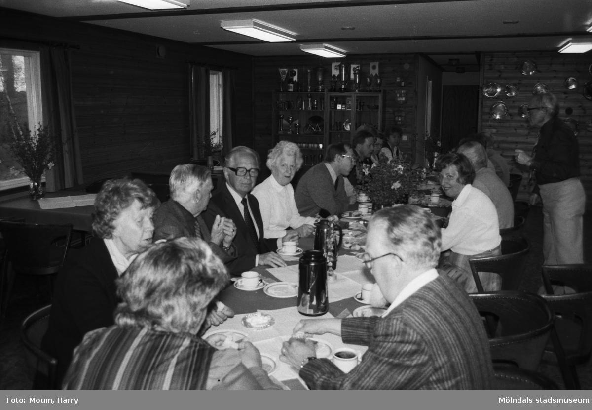 """Folkpartiets avdelning i Lindome har vårträff i Lindome, år 1984. """"Folkpartiprofiler runt kaffebordet vid vårträffen i Lindome.""""  För mer information om bilden se under tilläggsinformation."""