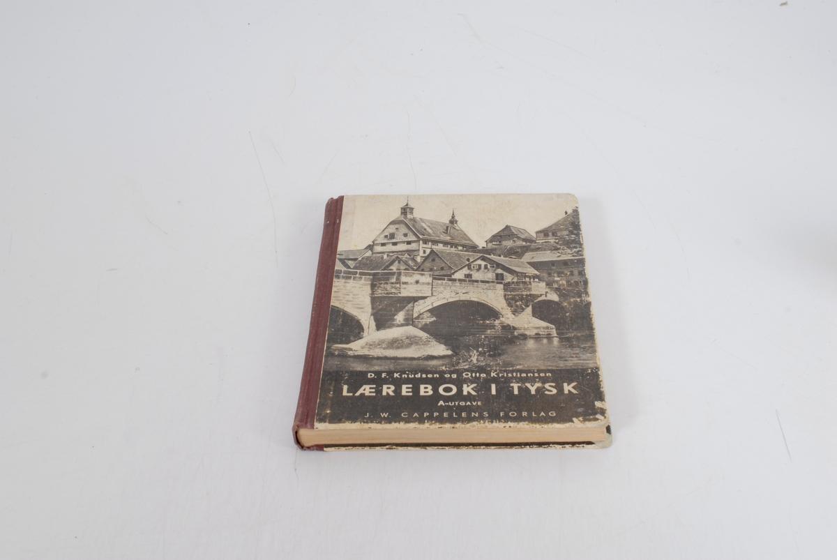 Teknikk: innbundet, limt, stive permer, antikva skrift, hvartfvite foto og tegninger, gotisk og latinsk skrift Form: rektangulær