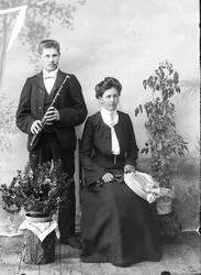 Rua familien Han med tverrfløyte .... og Marit Rua, f. 187