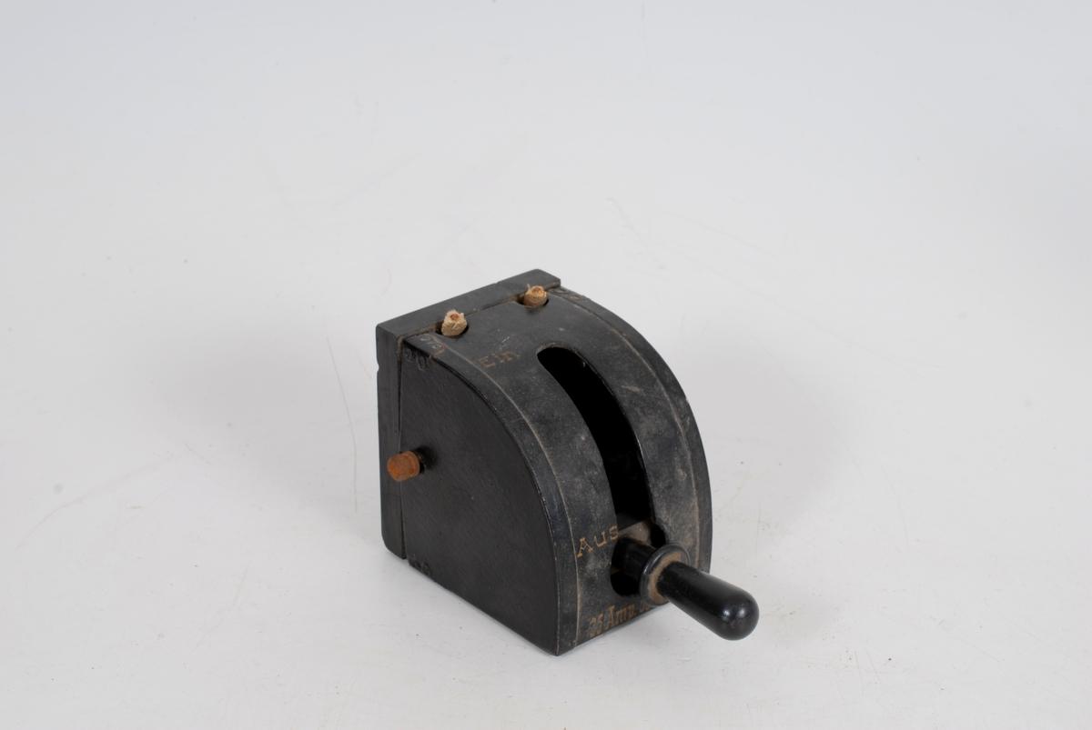 Form: Trekantformet, med avrundet framside. Bakkelitt