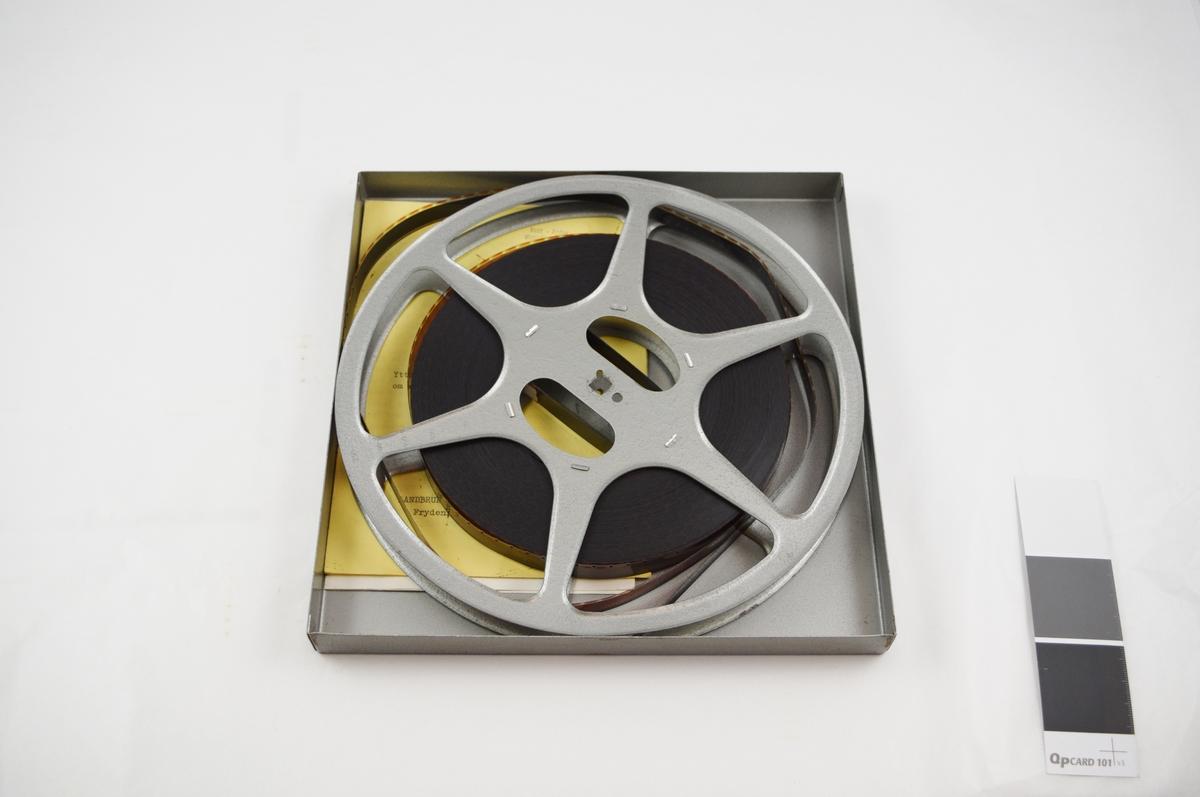 Filmrull i eske. Film på metallspole. Kvadratisk metalletui i to løse deler: bunn og lokk. Esken inneholder også et hefte (studieveileder) og et løst ark (engelsk studieveileder).