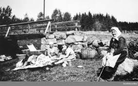 Damer med klesvask ved Svartelva. Svart-hvitt bilde