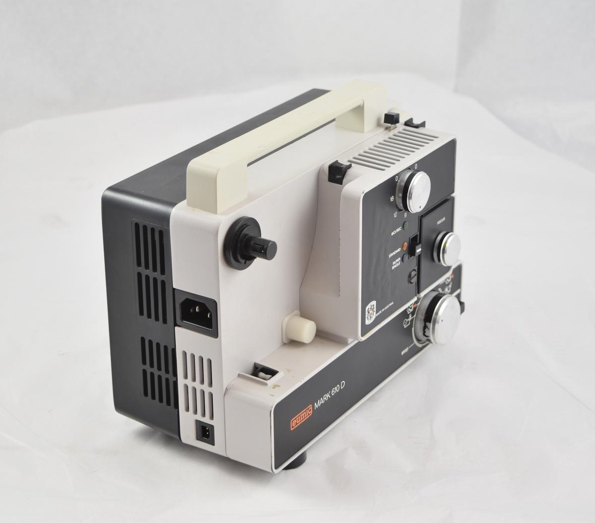 Filmfremviser til filmruller i veske med tilbehør. Filmen tres automatisk gjennom apparatet.