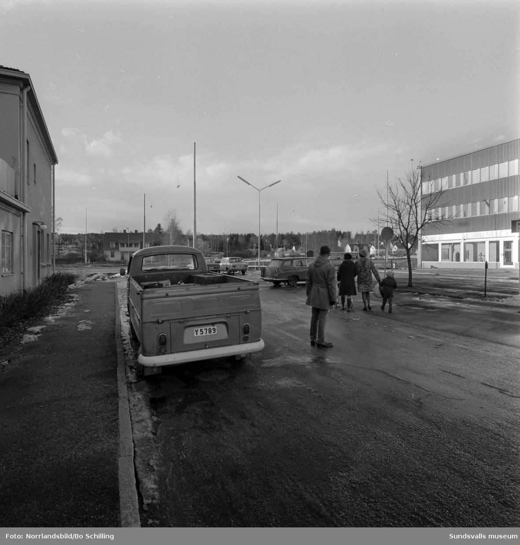 Två bilder från Skönsberg tagna västerut från Medborgargatan öster om motorvägen mot Riddargatan och kvarteren Läkaren och Veterinären.