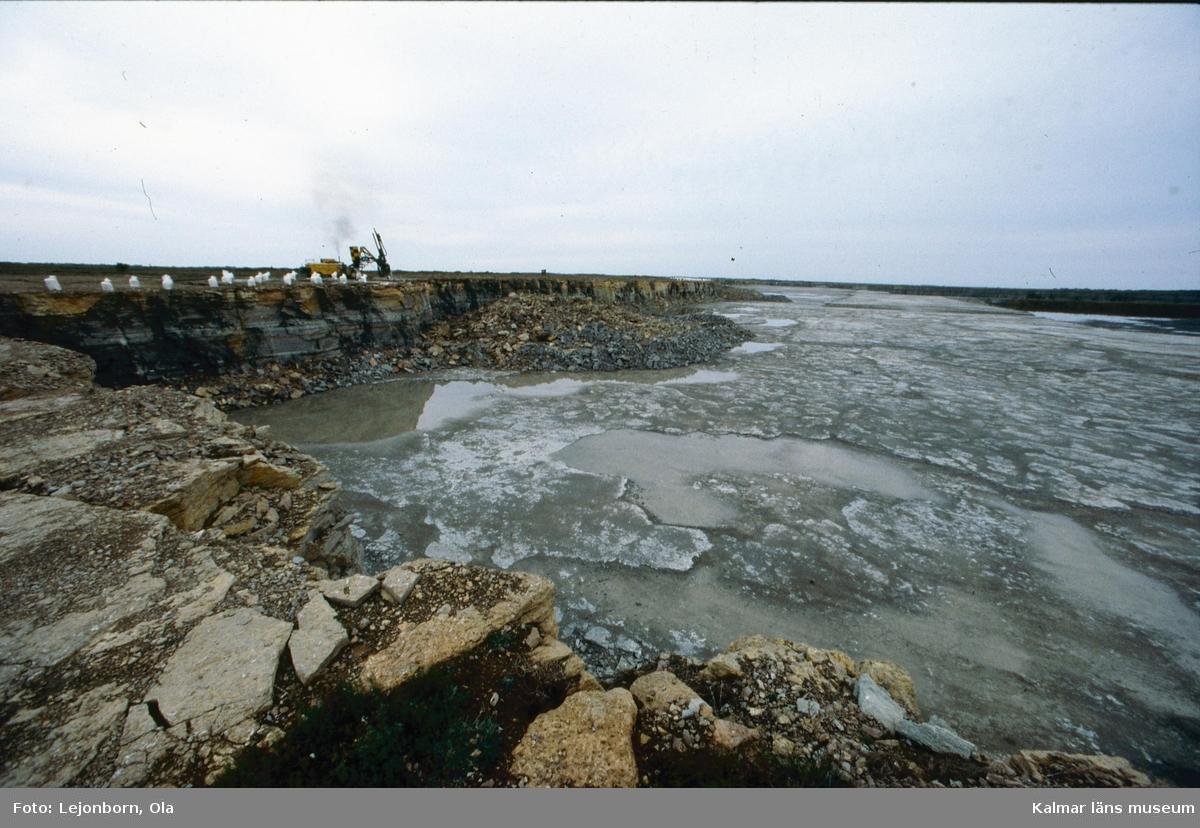 Degerhamns cementfabrik, kalkbrytning.  Ölands cement AB som startade 1886, var en av de första cementfabrikerna i Sverige. Som första åtgärd köptes Lovers bruk och Ölands alunbruk. Produktionen i de gamla bruken fortsatte som tidigare medan den nya fabriken byggdes upp. Det fanns inte maskiner framtagna för att tillverka cement, utan man fick utveckla nya metoder. Det tog ett par år innan tillverkningen kom igång. De första tillverkningsåren var kantade av svårigheter och vissa år kunde ingen cement säljas.  Idag drivs cementtillverkningen av Cementa Heidelberg cement gruop. Man tillverkar i första hand den slitstarka anläggningscementen till stora byggnader, broar, tunnlar mm.  (Uppgifterna är hämtade från http://bergstigendegerhamn.se/?page_id=33)