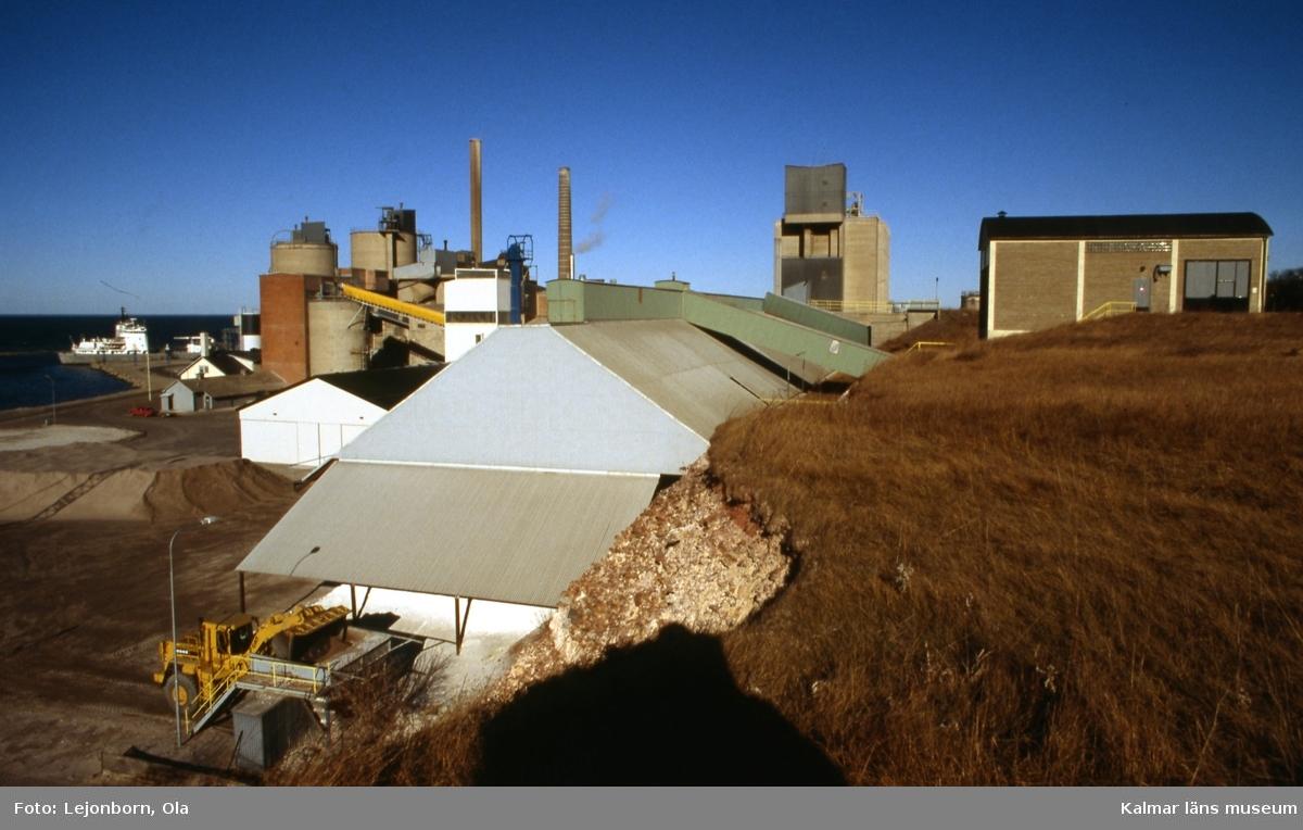 Cementfabriken i Degerhamn.  Ölands cement AB som startade 1886, var en av de första cementfabrikerna i Sverige. Som första åtgärd köptes Lovers bruk och Ölands alunbruk. Produktionen i de gamla bruken fortsatte som tidigare medan den nya fabriken byggdes upp. Det fanns inte maskiner framtagna för att tillverka cement, utan man fick utveckla nya metoder. Det tog ett par år innan tillverkningen kom igång. De första tillverkningsåren var kantade av svårigheter och vissa år kunde ingen cement säljas.  Idag drivs cementtillverkningen av Cementa Heidelberg cement gruop. Man tillverkar i första hand den slitstarka anläggningscementen till stora byggnader, broar, tunnlar mm.  (Uppgifterna är hämtade från http://bergstigendegerhamn.se/?page_id=33)