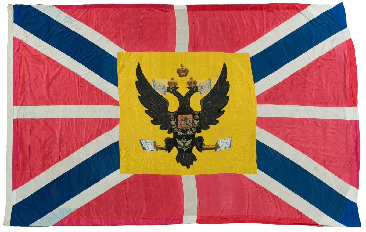 """Flaggan funnen ombord på VLADISLAFF, det ryska skepp, som erövrades i slaget vid Hogland 17 juli 1788.  Text på flaggans lik (översättning av Klas Helmerson): 1. rysk text (se orginalkort)= övre del -""""-                                     = nedre del 2.  -""""-                                      = Kejsar, flagga -""""-                                      = arvinge, tronens  Överst i mittfältet kejserlig krona. På örnens två huvud kungliga kronor. I vänstra näbben symbolisk karta över Vita havet, i den högra Kaspiska havet. I vänstra klon Azovska sjön, i den högra Östersjön."""