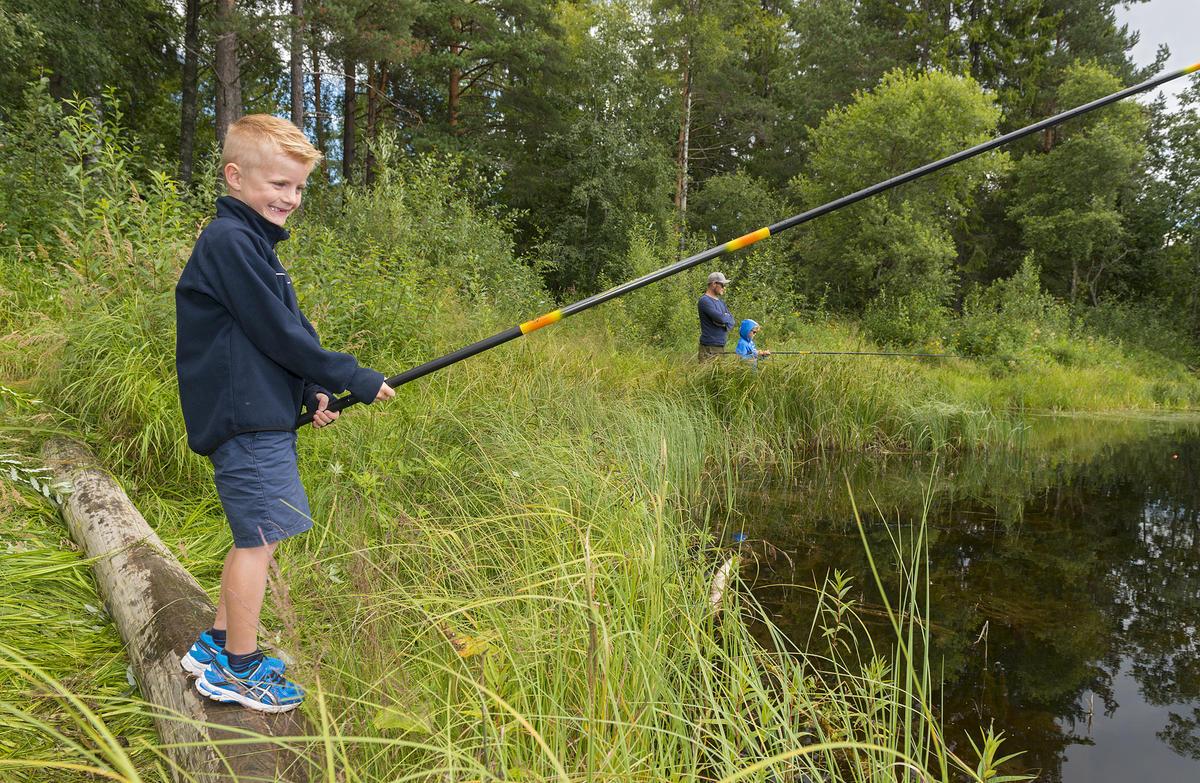 Gutt fisker ved fiskedammen på Prestøya under De nordiske jakt- og fiskedager 2016.
