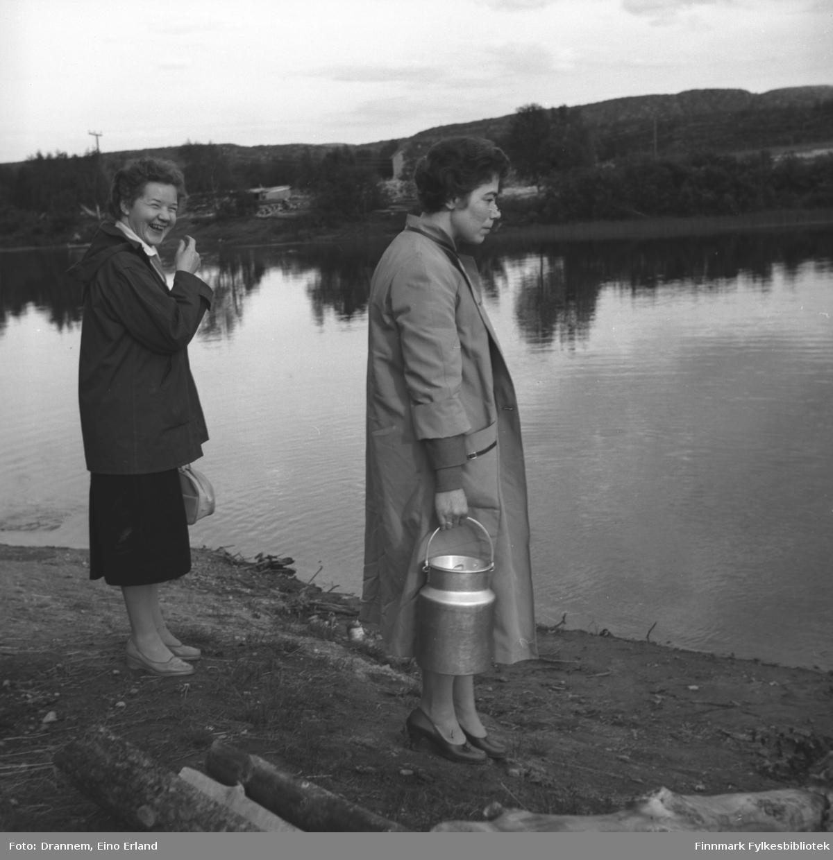 Synnøve Vorren og Jenny Drannem ved bredden av Neiden-elva.