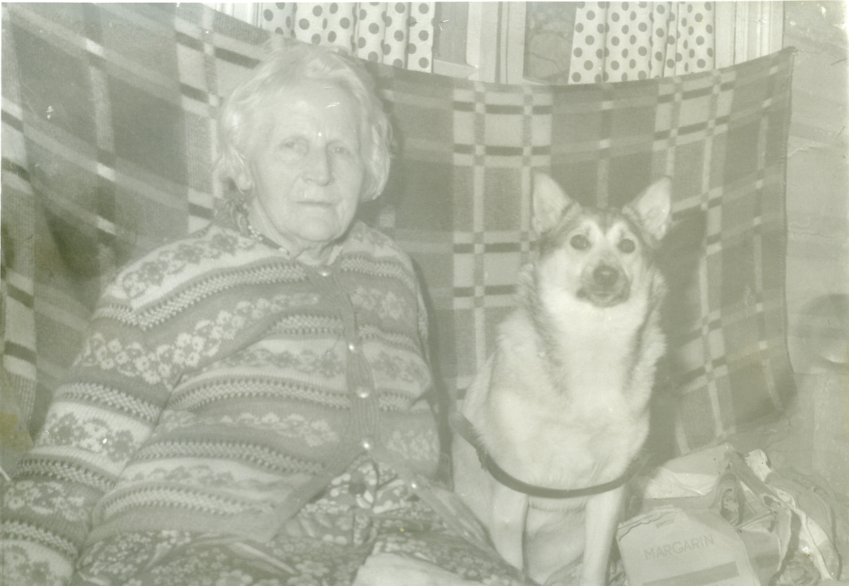 Portrett av Marie Brager sammen med hunden.