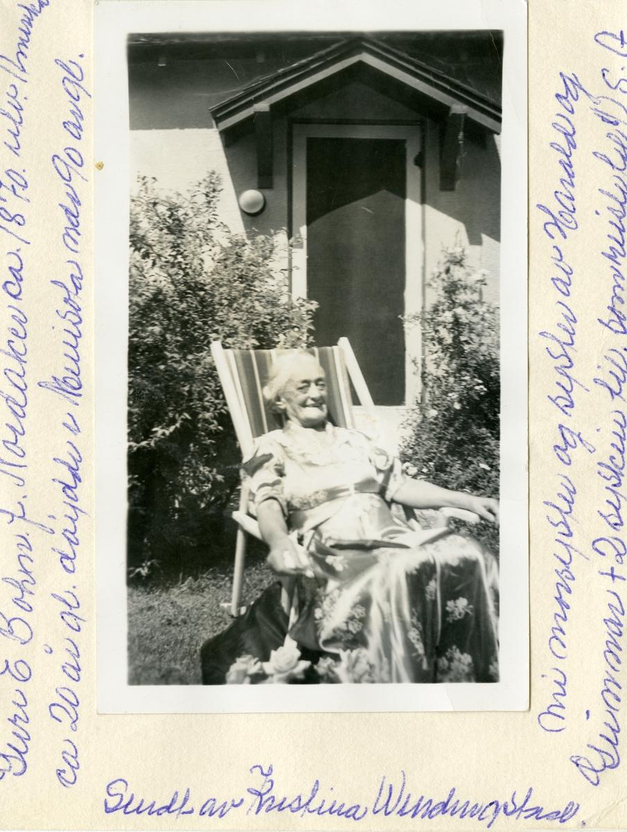 Portrett av Guri E. Bohn. Hun sitter i en fluktstol utenfor et hus. Det andre bildet viser Guri og Elisabeth avbildet utenfor en overbygget veranda.