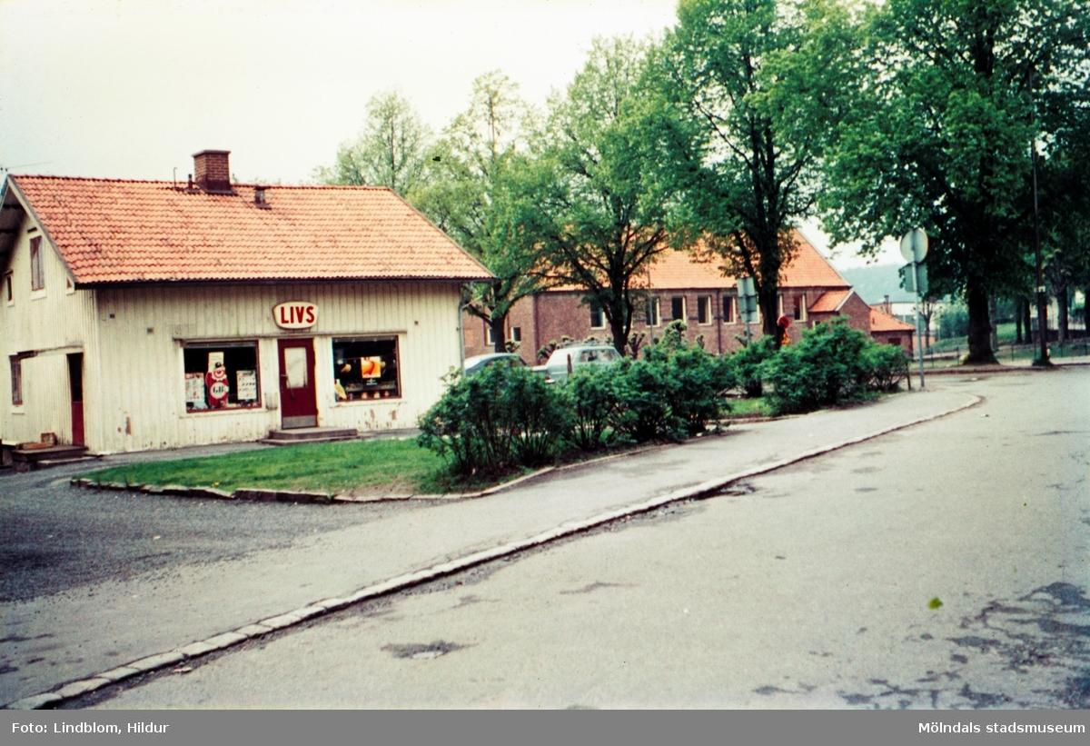 """Knut """"Dahlbjörks livs"""" med adress Trädgårdsgatan 5, Mölndal, 1970-tal. I bakgrunden ses även Kvarnbyskolan.  För mer information om bilden se under tilläggsinformation."""