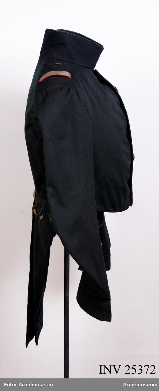 Grupp C I. Ett jägarhorn i guldbroderi med grön klädesmatta på vart skört. Gåva till NM från f.d. löjtnanten E S Adlerstjerna-Adelsköld på Öjared 26/4 1888. Go 3/6 1830.