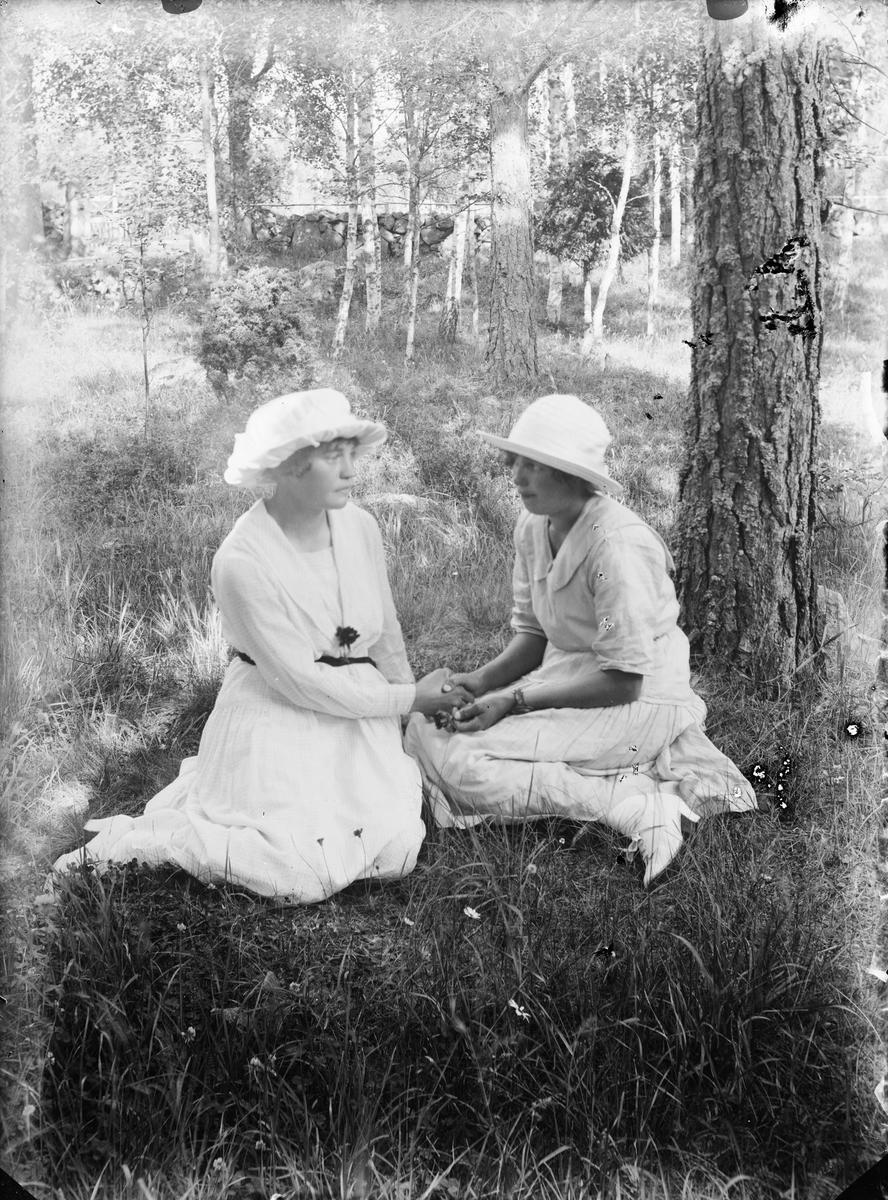Två kvinnor i trädgård, Alunda, Uppland
