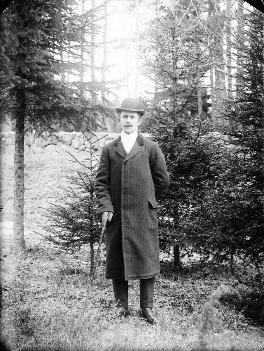 Man i trädgård, Alunda, Uppland