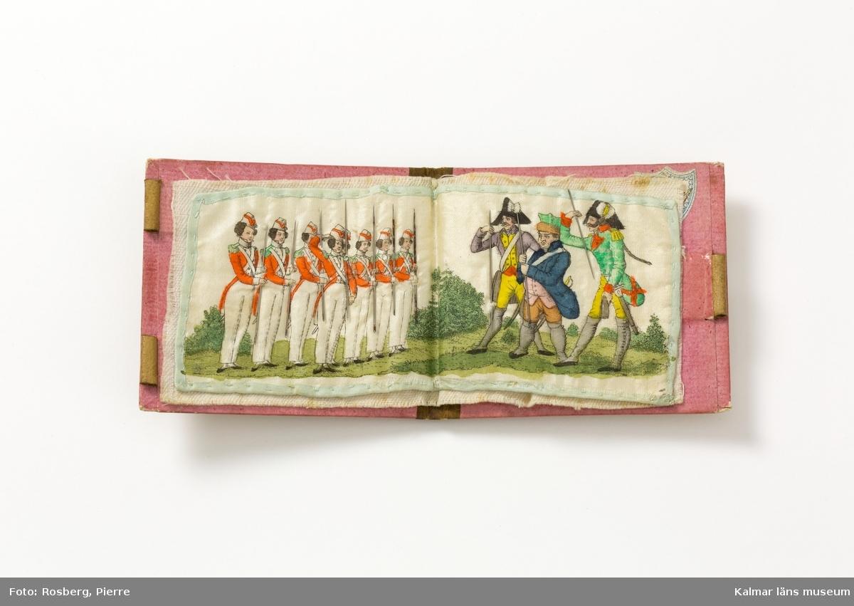 På mittuppslaget, till vänster, sju flickor i rad, klädda i militär uniform samtliga i samma modell, till höger, tre herrar, klädda i uniformer, tre olika uniformer. Samtliga har instuckna synålar som vapen. På pärmens framsida, fem militärer i uniform, varar tre till häst, en till fots och en halvliggande på marken med ränsel och blankvapen. På pärmens baksida, fem män i orientaliska dräkter, beväpnade, varav fyra till häst,