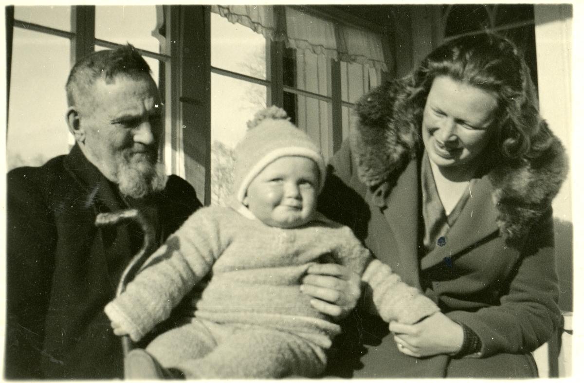 Hans H. Islandsmoen, Biri, med datteren Marit Brekke og barnebarnet Hermod. Hans Islandsmoen var rundt 86 år gammel.