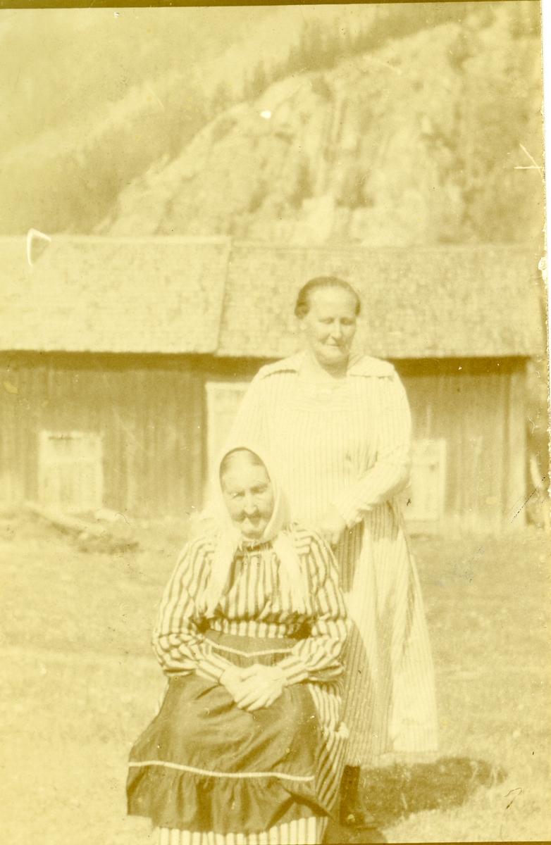 Ingebjørg Islandsmoen sammen med datteren Kari foran hytta.