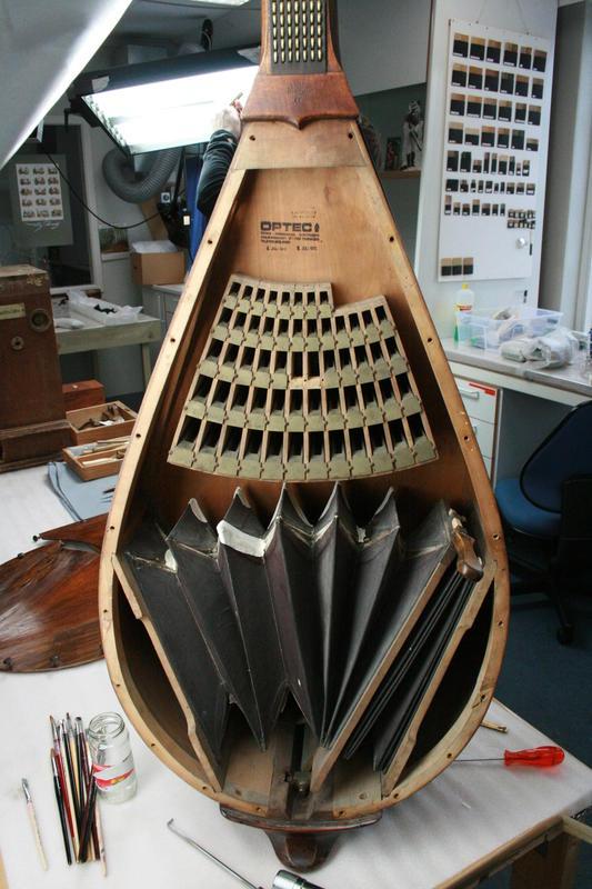 Cecilum (RMT 397) spilles på i omvisninger, her ses innsiden og mekanikken.
