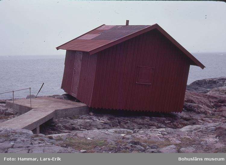 Pater Noster, fyr och fyrplats byggd 1868. Uthus som flyttas på Hamneskär vid fyren. Statligt byggnadsminne 2015