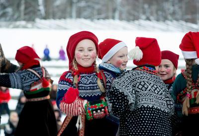 Norsk Folkemuseums Dansegruppe på julemarkedet på Norsk Folkemuseum. Foto/Photo