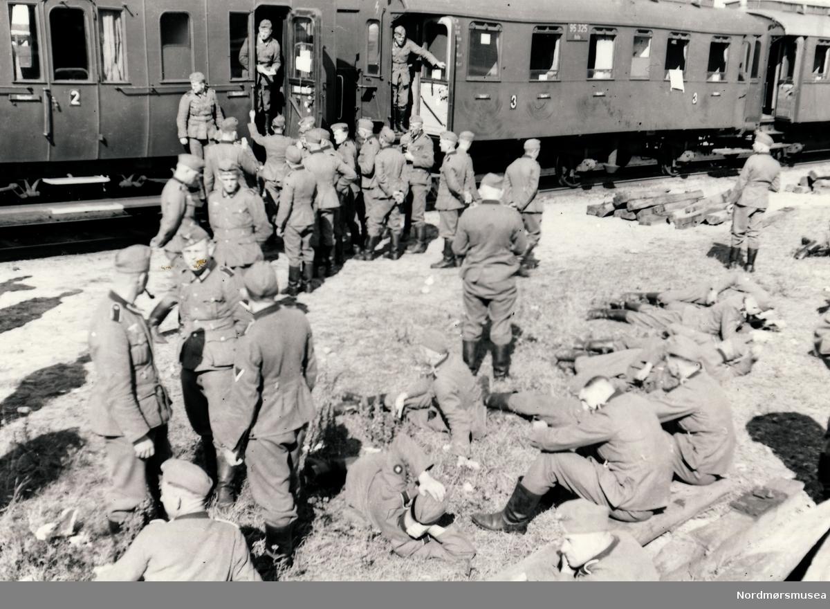 Soldater som er samlet utenfor eit tog.