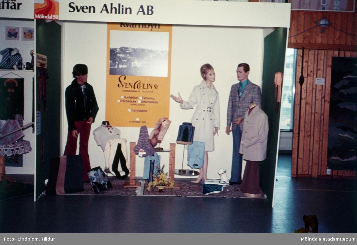 Sven Ahlins monter vid en utställning i idrottshuset i Mölndal, 1970-tal.  För mer information om bilden se under tilläggsinformation.