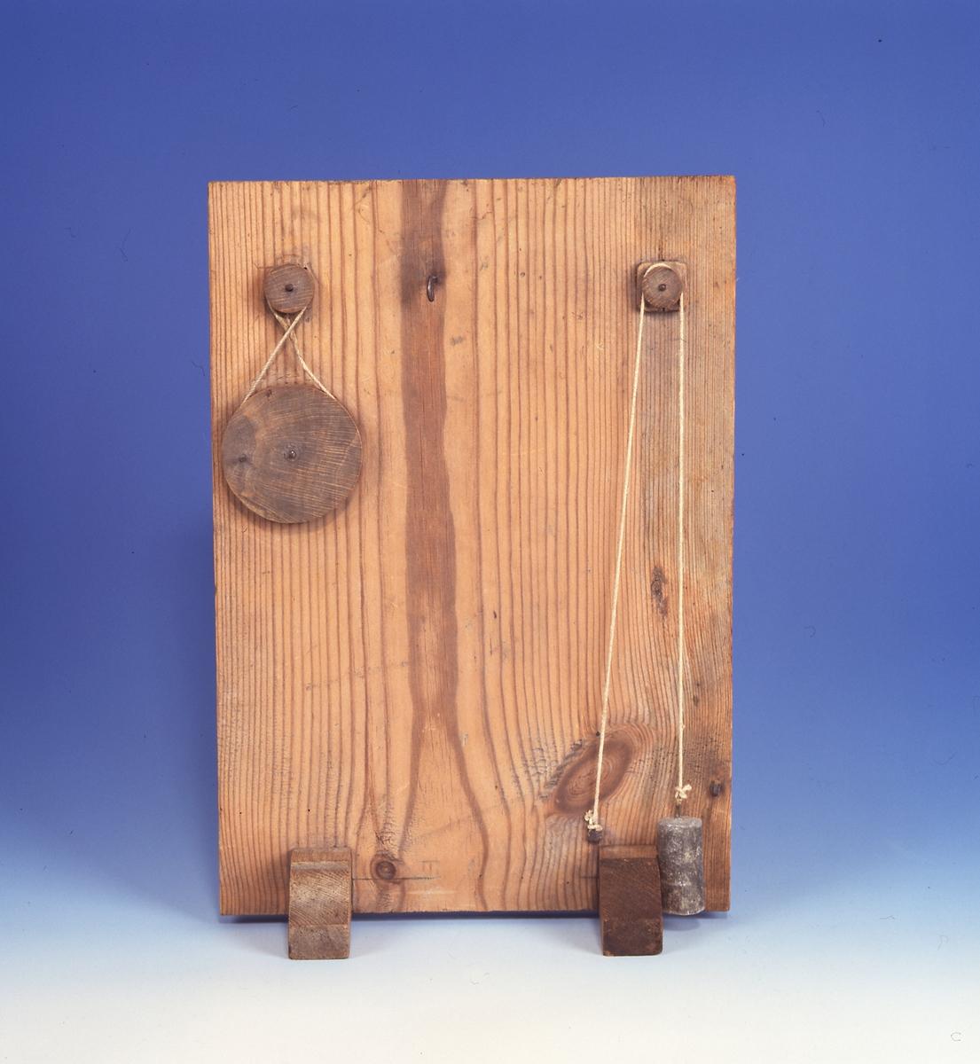 Modell ur Polhems mekaniska alfabet. Utväxling med kraftöverföring via rem samt enkelt block.