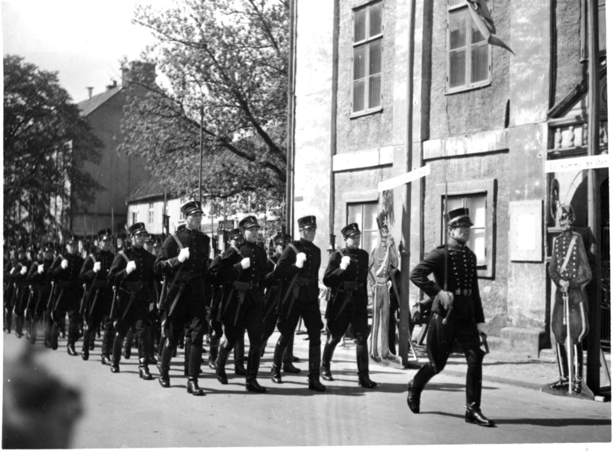 Jubileum 50 års, A 6. Vaktparaden vid gamla rådhuset.