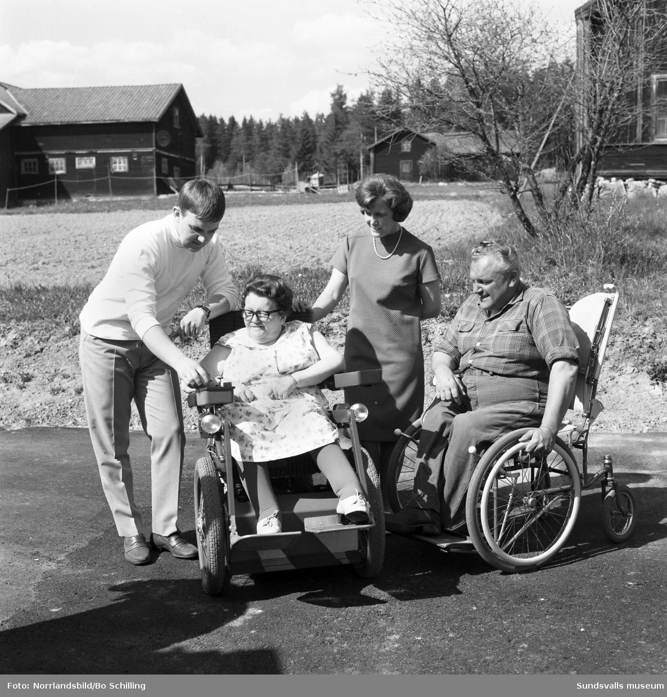 Fru Aina Lidin i Fränsta får en Permobil levererad.