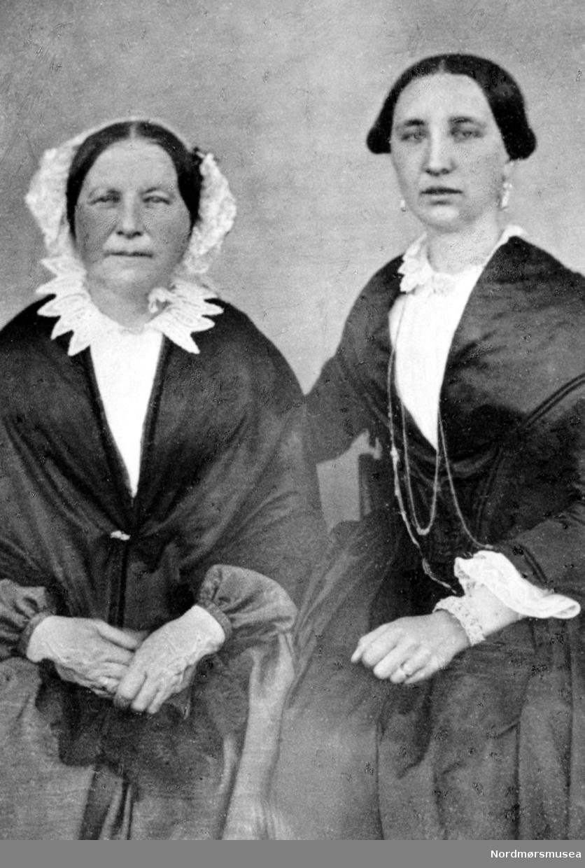 Fra venstre, fru Martha Christie, født Daae (1826-77). Fru Anne Sofie Brun, født Christie (1853 - 77) (Tante og niese). Reproduksjon av Fotograf Engvig i 1950. Original fotograf og datering av bilde er ukjent, men trolig omkring 1860 til 1877. Fra Nordmøre museums fotosamlinger.