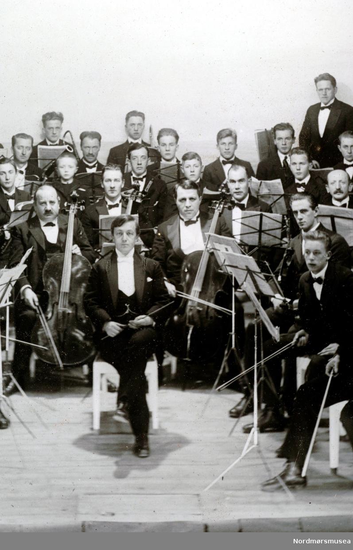 Utsnitt av forrige. Dirigent Edvard Bræin.  (Fra Nordmøre Museum sin fotosamling.)