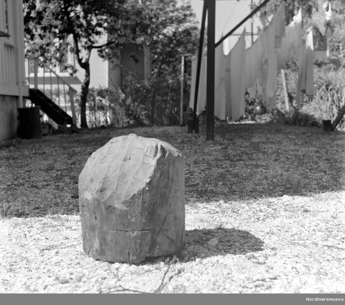 Furustokk på Stokke i Gjemnes kommune. Funnet av Gunnar M. Stokke i ei torvmyr under svart brenntorv, med tydelige spor etter bruk av steinøks. Mulig del av kavl-bru. Brua kan ha gitt navn til stedet? Informant: Gunn Stokke 2016. Bildet er datert juni 1959, og fotograf er Olaf Yderstad. Se serie KMb-1959-000.1836 til KMb-1959-000.1839. Fra Nordmøre Museums fotosamlinger.