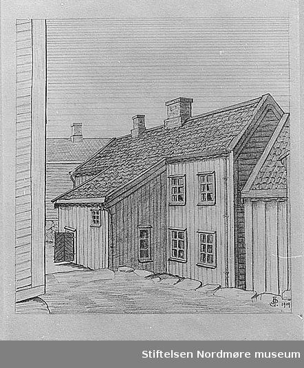 """Nr. 11 Bakside av 2-etasjes hus på Kirkelandet, Matr. 522. Tegnet for D.K.L. 1909 av J. Johnsen. Merk det fremstikkende utbygg. Dette utbygg er iallfall for en stor del av panelverk. Huset er ellers – så vidt kan sees – av tømmer. Husets plan er den sedvanlige gammeldagse med hovedinngang noenlunde midt på husets fasade, med gang og kjøkken i husets midte og værelser på sidene. Således er forholdet i begge etasjer. I kjøkkene sees dele av de gamle skorsteiner. Det på bildet synlige utbygg innbefattende første etasje en del av kjøkkenet og en bakgang inn til dette. Dører til denne gang sees på bildet. I denne gang er en baktrapp som fører opptil andre etasje. I andre etasje inntas utbygget av trappen, en del av denne etasjes kjøkken og et par små rum. På tegningen vil langs takkanten, også langs utbyggets nedre takkant sees vannrenner av tre, sannsynligvis uten noe metalldekke under. Nedfallsrennene er av metall. Under de omtalte vannrennene av tre sees på bildet over – og undertak.     Husets bordkledning er ret oppstående med over- og underliggere. Under den øvre del av huset, det vil si, den del som sees på bildet, er der dels ingen, del kun en meget lav grunnmur, iallfall så vidt dette synes utvendig fra. Under husets nedre del er høyere mur. Eieren forteller om huset: """"Der er kjeller under hele huset. Jeg vet ikke av at huset har vært forandret yndtakes en del vinduer. Av husets papirer har vi sett at det var bygget i 1832. Gårdens nuværende uthus er av nyere datum. Opplysninger om matrikkelnummeret stammer seg fra husets eier. Katalogisert 1910. Tegning utført av et våningshus ved Matrikkel 522 på Kirkelandet, hvor vi ser bygningen fra baksiden. huset er trolig bygd omkring 1832. Tegner er J. Johnsen, ca 1910. Reprofotograf er trolig Ranheimsæter. Fra Nordmøre Museums fotosamlinger.    Katalog over bilder av eldre gateparti, bygninger og bygningsdetaljer i Kristiansund. Bildene er bekostet av Det Kulturhistoriske Lag (DKL)og med bidrag av Kristiansund Sparebank"""