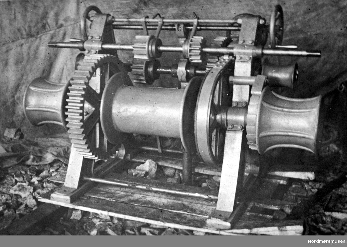 Bildet viser en vinsj, med wiretrommel og 4 nokker, produsert ved J. Storviks Mek. Verksted til et av verkstedets nybygde skip. Se FAKf-100296.185940 og FAKf-100296.185941 og FAKf-100296.186042. Kilde/tekst: Peter Storvik. Fra Nordmøre museums fotosamlinger.