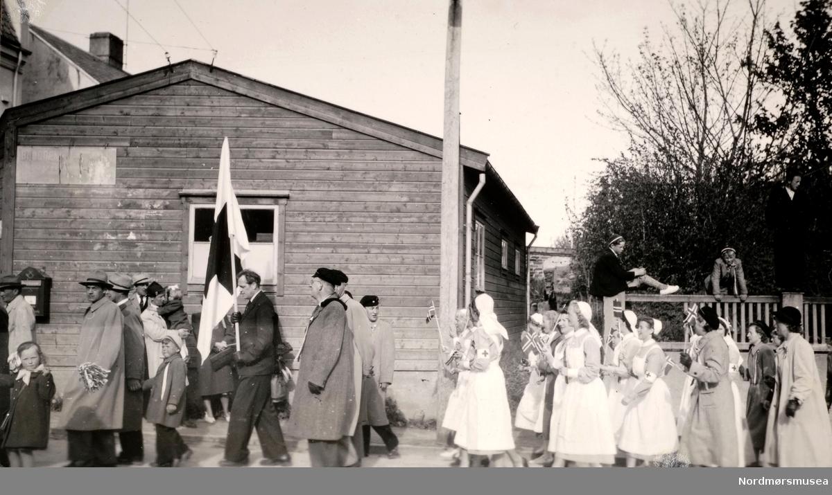 Foto fra 17. mai 1946, trolig ved Røde Kors' søsterhjem i Oslo. Legg merke til flagget i front av opptoget. Fra Ida M. Knudtzons fotosamlinger, nå en del av Nordmøre Museums fotosamlinger.