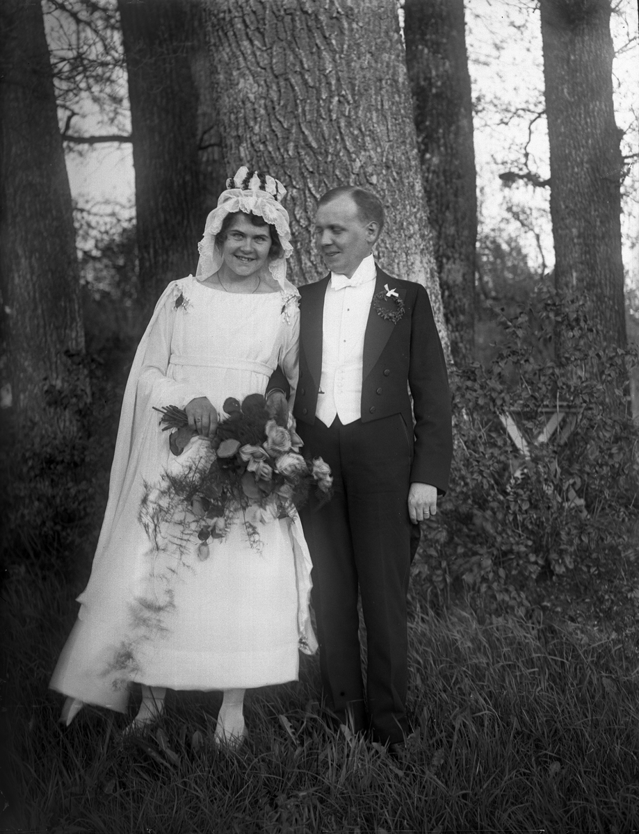 Brudparet Rosenkvist-Sandkvist, Eklunda, Simtuna socken, Uppland maj 1920