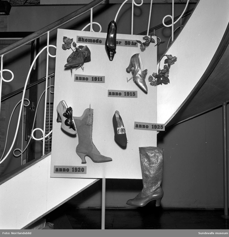 Utställning av gamla skor på Sko-Ring som låg i hörnet av Esplanaden-Storgatan.