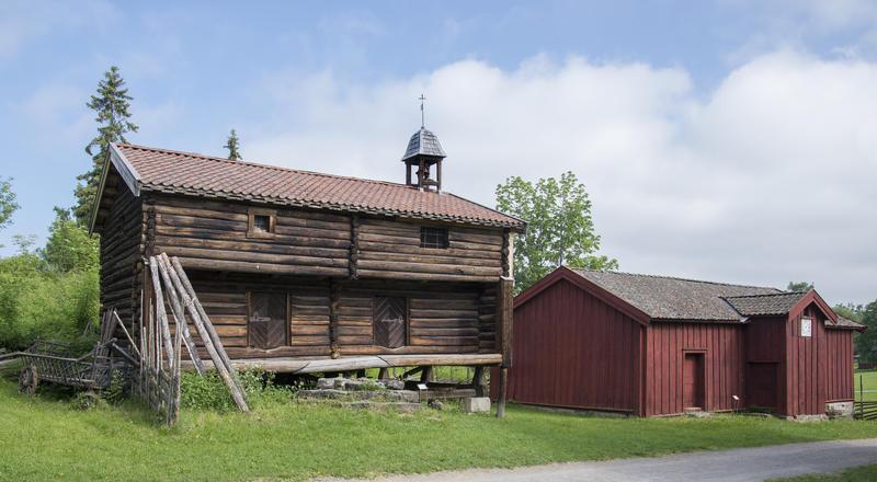 På Hedmarkstunet står også Løkenstabburet; et grått, toetasjers stabbur med klokketårn i høyre gavl, og borgstua; et rødt, plankekledd hus. (Foto/Photo)