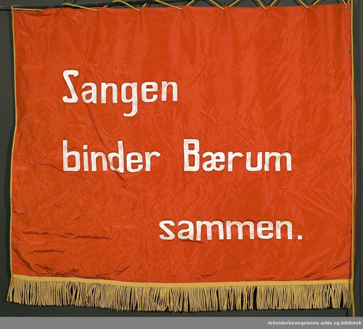 Bærum arbeiderpartis kor.Stiftet 16. september 1951..Bakside..Fanetekst: Sangen binder Bærum sammen...